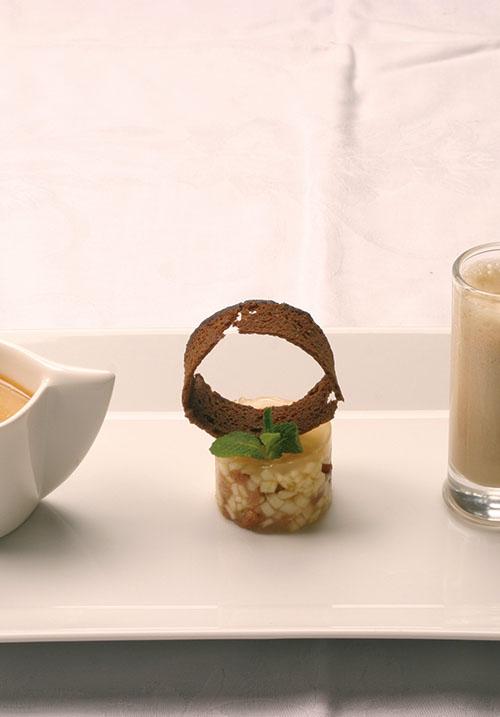 <div>Dessert:</div> Creme Brulee van appelstroop met tartaar van appel en milkshake