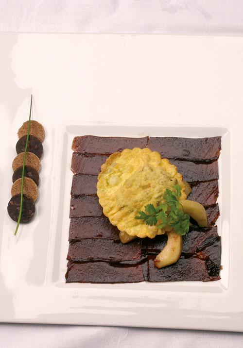 <div>Voorgerecht:</div> Gelei van appelstroop met gebakken appelen en ravioli gevuld met bloedworst